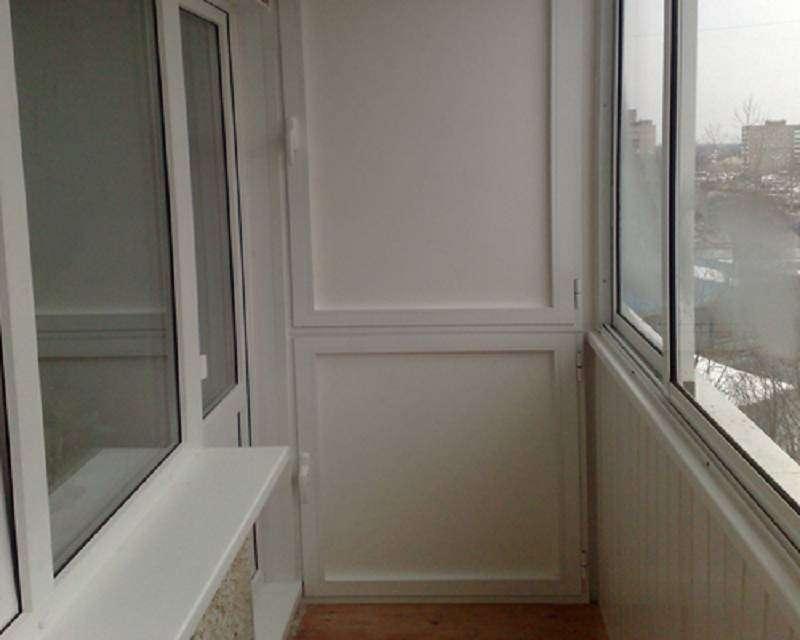 Двухстворчатый встроенный шкаф на балконе с легкими алюминиевыми дверцами